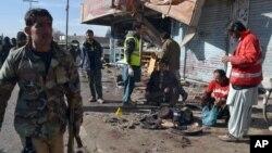 Les policiers pakistanais et des secouristes sur le site de l'attentat-suicide à Quetta , au Pakistan , mercredi 13 janvier 2016 .