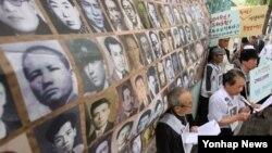 지난 2015년 6월 납북인사가족협의회가 한국 서울에서 납북 진상 규명과 납북자 생사 확인 등의 내용 담은 특별법 제정 촉구하는 시위를 벌이고 있다.