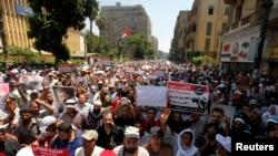 7月17日穆尔西支持者在开罗总理办公室外举行示威。