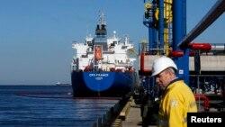 러시아 우스트루가항의 원유하역장에 정박해 있는 유조선. (자료사진)