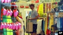 Seorang pria mengamati barang pajangan di sebuah toko di Santa Monica, Californa (Foto: dok).