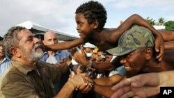 巴西前总统达.席尔瓦和当地民众见面