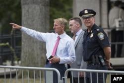 ویلیام ایوانز(چپ) رئیس پلیس بوستون در محل تجمع حاضر بود.