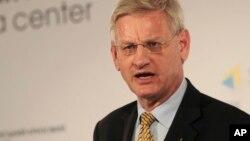 Bộ trưởng Ngoại giao Thụy Ðiển Carl Bildt nhận định rằng rất khó để cô lập hoàn toàn một nước như Nga.