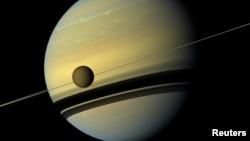 Титан на фоне Сатурна