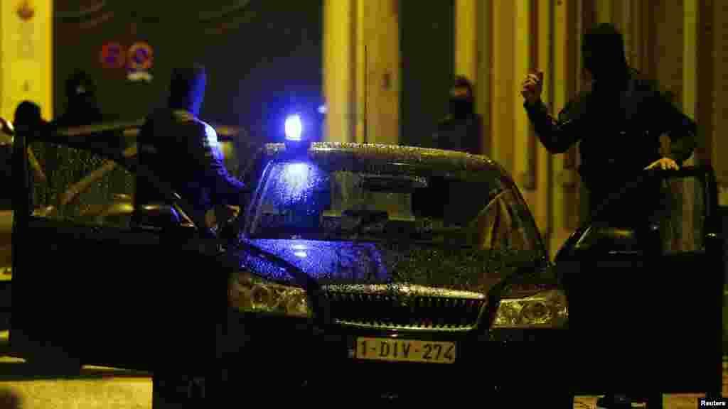 La police belge déployée lors d'un raid, à la recherche de fondamentalistes musulmans présumés liés aux attentats meurtriers à Paris, à Molenbeek, banlieue de Bruxelles, 17 novembre, 2015.