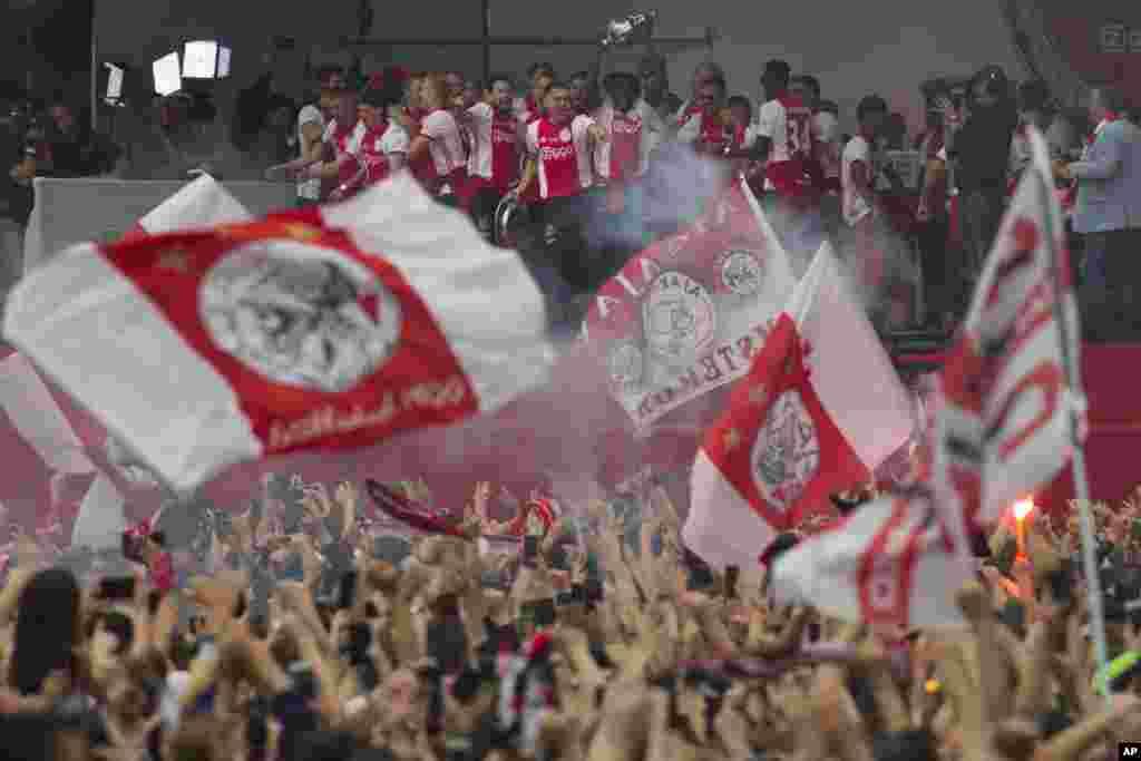 جشن قهرمانی طرفداران تیم آژاکس هلند. آنها بعد از سال ۲۰۱۴، دوباره قهرمان لیگ این کشور شدند.