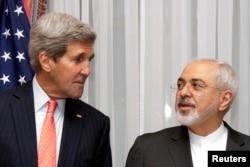 美国国务卿克里和伊朗外长扎里夫在会谈前(2015年3月16日)