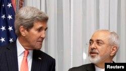 រដ្ឋមន្ត្រីការបរទេសស.រ.អា. John Kerry ឆ្វេងនិងលោក រដ្ឋមន្ត្រីការបរទេសអ៊ីរ៉ង់ Mohammad Javad Zarif ឈរឲ្យថតរូបមុនពេលបន្តកិច្ចពិភាក្សាអំពីកម្មវិធីនុយក្លេអ៊ែរនៅក្នុងទីក្រុង Lausanne កាលពីថ្ងៃទី១៦ ខែមីនា ឆ្នាំ២០១៥។