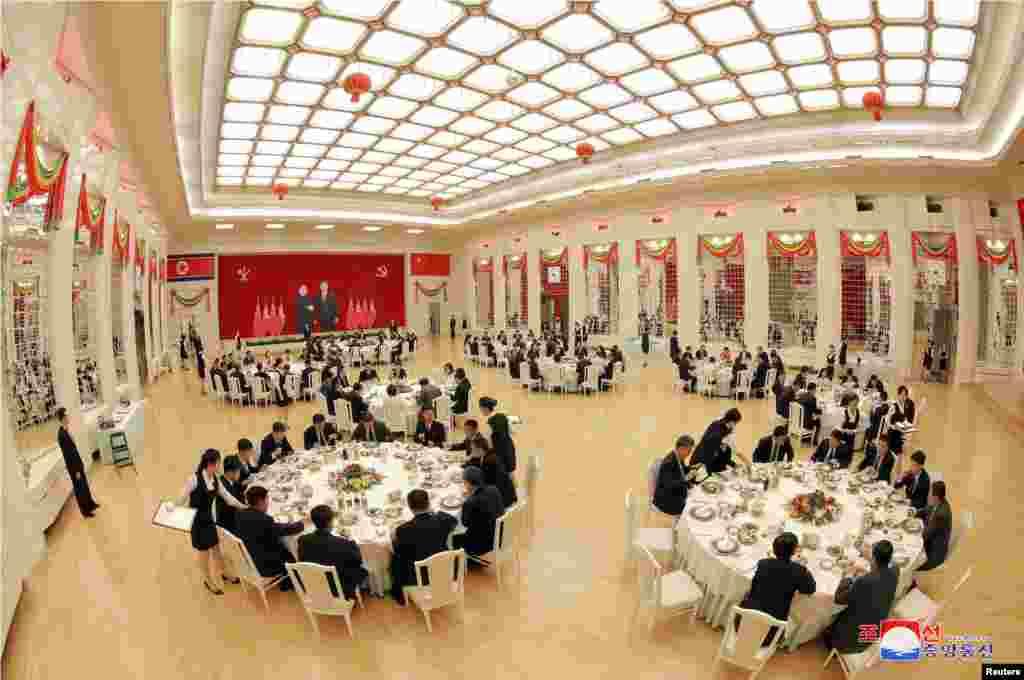 朝鲜领导人金正恩设宴款待中国人大常委会委员长栗战书(2018年9月)。