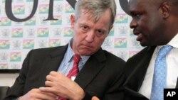Après s'être rendu en Guinée, Anthony Banbury (à g.) a fait escale en Sierra Leone