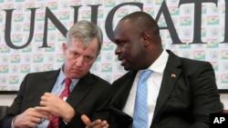 Anthony Banbury (kiri), Ketua Misi PBB untuk Tanggap Darurat Ebola (UNMEER) dan Menteri Kesehatan Ghana Dr. Edward Omane Boamah dalam konferensi pers di Accra, Ghana (30/9).
