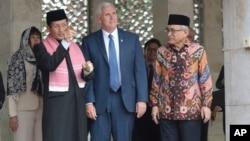 Phó tổng thống Mỹ Mike Pence (giữa) đi thăm nhà thờ Istiqlal, nhà thờ Hồi giáo lớn nhất Đông Nam Á, tại Jakarta, Indonesia, ngày 20/4/2017.