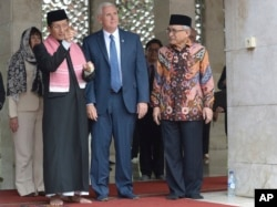 U.S. Vice President Mike Pence (center) is given a tour by the Grand Imam of Istiqlal Mosque Nasaruddin Umar (left) and the Chairman of the mosque Muhammad Muzammil Basyuni (right) during his visit to the largest mosque in Southeast Asia, in Jakarta, Indonesia, April 20, 2017.