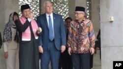 Wapres AS Mike Pence mendapat penjelasan dari Imam Masjid Istiqlal Nasaruddin Umar (kiri) didampingi Ketua Masjid, Muhammad Muzammil Basyuni (kanan) saat mengunjungi masjid Istiqlal di Jakarta, Kamis (20/4).
