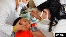 지난 2012년 유니세프가 평양 유치원에서 개최한 '어린이 보건의 날' 행사에서 한 아동이 구충제 처방을 받고 있다.