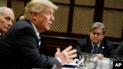 یکی از نشست های کاخ سفید که استیو بنن سمت راست تصویر در کنار پرزیدنت ترامپ دیده می شود.