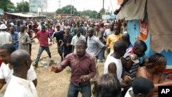 Manifestants guinéens fuyant les forces de sécurité au stade de Conakry le 28 septembre 2009.