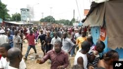Manifestants guinéens en fuite devant le Stade du 28 septembre, à Conakry (28 sept. 2009)