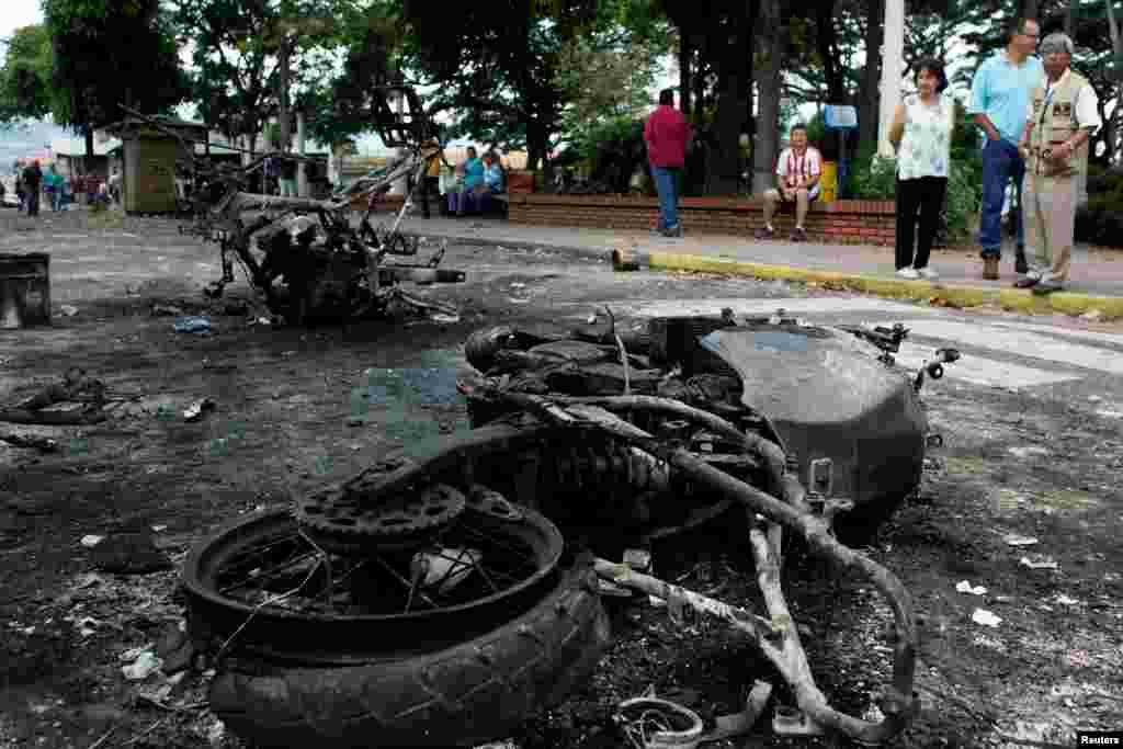 مظاہرین کے مختلف شہروں میں احتجاج کے باعث وینزویلا کا سیاسی بحران مزید شدت اختیار کرتا جا رہا ہے۔