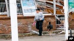 Los primeros rescatistas utilizaron los perros para oler los cuerpos de las víctimas, también buscaron los residentes afectados, además de ayudar a recoger escombros de negocio dañados por el tornado.