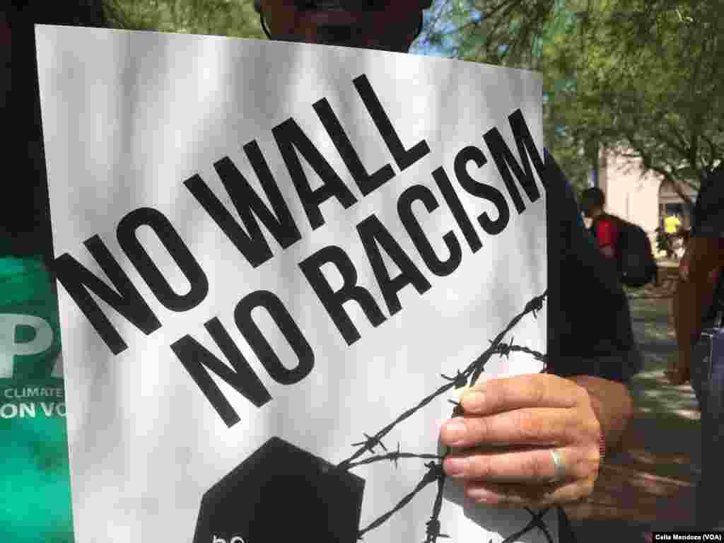 Manifestantes en Arizona protestan contra políticas de migración de Donald Trump, previo a su visita a Phoenix, Arizona.