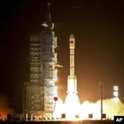 រ៉ុកកែត Long March 2FT1 ដែលផ្ទុកយានអាវកាស Tiangong-1 «វិមានដូចឋានសួគ៌» ដែលគ្មានមនុស្ស ត្រូវបានបង្ហោះចេញពី Jiuquan Satellite Launch Center នៅភាគពាយ័ព្យប្រទេសចិន នៅយប់ថ្ងៃព្រហស្បតិ៍។