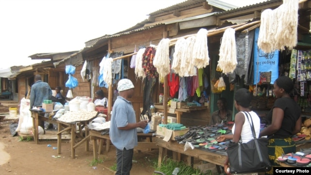 Traders and buyers at the main market in the city of Mzuzu, Malawi (C. Gondwe)
