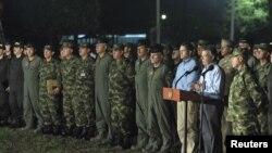 El presidente de Colombia, Juan Manuel Santos entregó una rueda junto a su cúpula militar en la noche de este jueves, 06 de septiembre de 2012.