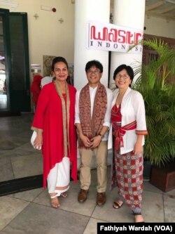 Artis Christine Hakim berpose dengan pengurus Wastra Indonesia saat mengunjungi Pameran Merah Putih