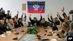 Donetksda hukumat binosiga kirib olgan odamlar mustaqil respublika e'lon qildi. 10-aprel, 2014-yil.