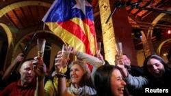 支持加泰罗尼亚独立的民众庆祝分离派政党在选举中赢得多数
