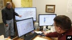Tư liệu- Các chuyên gia đang quan sát các đường đứt gãy trên màn hình máy tính để đánh giá các trận động đất tại thành phố Oklahoma, bang Oklahoma, ngày 30 tháng 11 năm 2015.