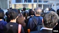 香港法律界遊行人士在政府總部外靜默3分鐘抗議《逃犯條例》修訂。(美國之音湯惠芸拍攝)