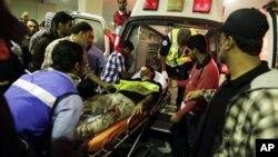 在巴林防暴警察驅趕期間受傷的示威者被送往醫院