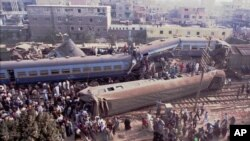 Une collision de train au Caire, Egypte, 21 décembre 1995. (AP Photo / Mohamed El-Dakhakhny)