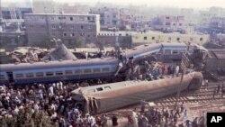 عکس آرشیوی از یک حادثه ریلی در ۲۵ مایلی قاهره پایتخت مصر - زمستان ۱۳۷۴