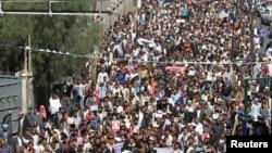Ribuan warga Yaman berunjuk rasa di jalan-jalan di Sanaa hari Sabtu (24/1), dalam protes besar terhadap Houthi, sejak milisi Syiah menduduki ibukota bulan September.