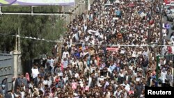Başkent Sanaa'da gösteri düzenleyen Yemenliler