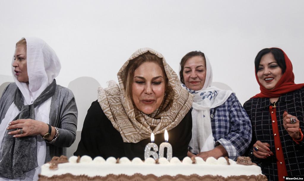 جشن تولد ۶۰ سالگی مهرانه مهین ترابی با حضور جمعی از هنرمندان در موزه هنرهای دینی برگزار شد. عکس: علی شیربند