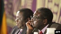 Tổng thống Zimbabwe Robert Mugabe (phải) và Thủ tướng Morgan Tsvangirai tại Harare, ngày 11 tháng 11, 2011