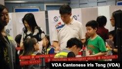 Warga Hong Kong mengikuti referendum informal untuk mendorong dukungan bagi demokrasi.