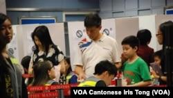 有香港市民帶同小孩到佔中全民投票站投票,了解民主投票的程序