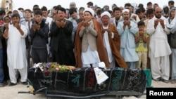 지난 24일 아프가니스탄 카불에서 주민들이 자살폭탄공격 희생자의 장례를 치르고 있다. (자료사진)