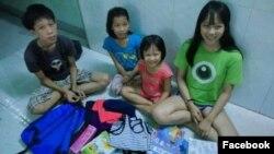 4 cháu nhỏ nhà chị Loan vui mừng trước những món quà đầu năm học mới từ nguồn quỹ do chị Shira quyên góp. (Ảnh: Facebook Võ An Đôn)