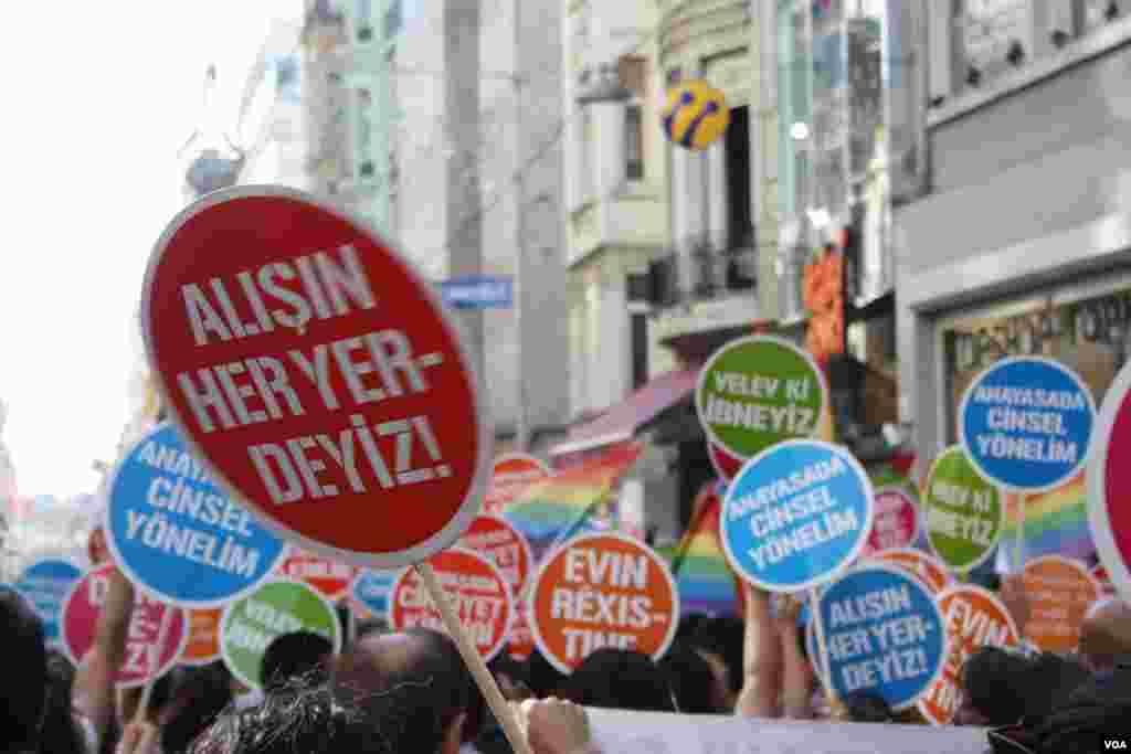 İstanbullu eşcinseller, İstiklal Caddesi'ni gökkuşağı rengine bürüdü, Pazar günü akşam üstü. 20. LGBT (Lezbiyen-Gey-Biseksüel-Trans) Onur Haftası'nın kapanışında yeniden sokaklara çıkan eşcin