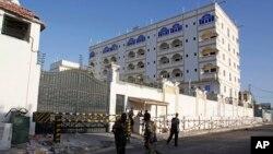 Des soldats somaliens déployés devant l'Hôtel Jazeera à Mogadiscio, Somalie, 2 janvier 2014.