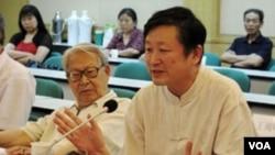 北京歷史學者章立凡(前排右側) (美國之音張楠拍攝)