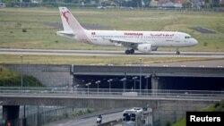 Un avion de la compagnie Tunisair à Orly, Paris, le 10 août 2016.