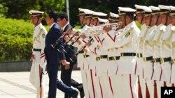 日本首相安倍晋三、防卫大臣河野太郎在东京准备检阅仪仗队